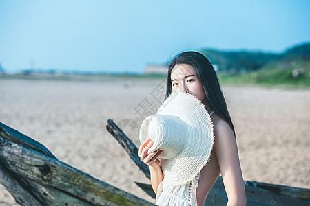 沙滩手拿草帽半身美女人像图片