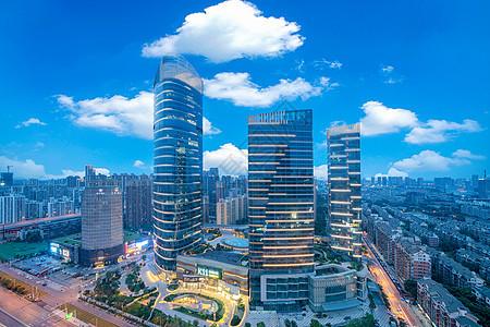 蓝天白云下的城市购物中心图片