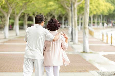 老年人户外散步图片