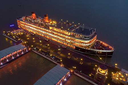 停靠在码头的豪华旅游游轮图片