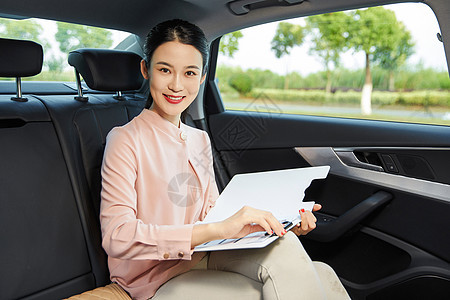 女白领车内翻阅文件图片