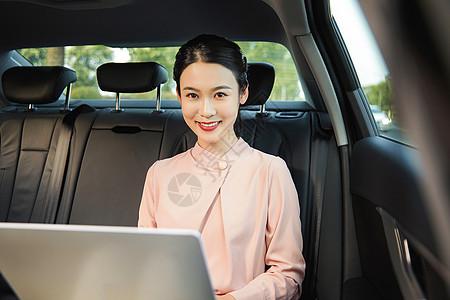 女白领在车内办公图片