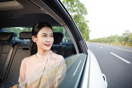 年轻美女在车内听音乐图片