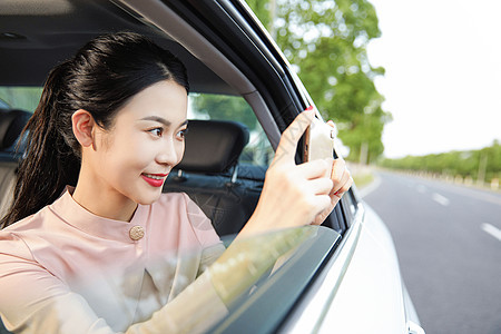 美女坐车内拍照图片