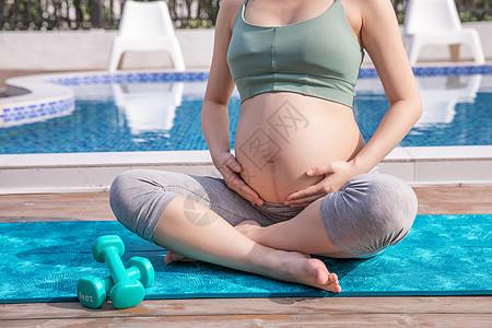 孕妇户外运动哑铃图片