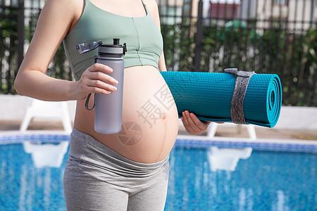 孕妇户外运动休息图片