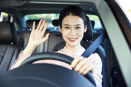 女性驾车打招呼图片