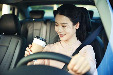 美女车内喝咖啡图片