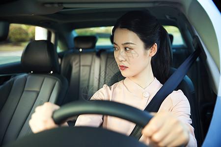 年轻女性开车看后视镜图片