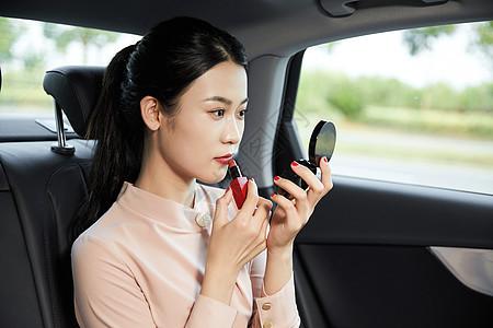 女乘客车内化妆图片