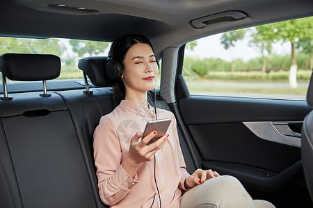 美女坐在车内听音乐图片