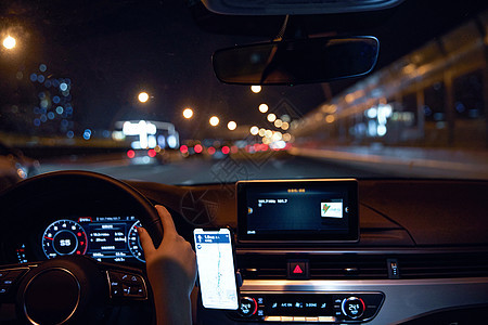 女性夜间行驶图片