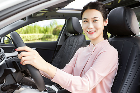 年轻女性驾车图片