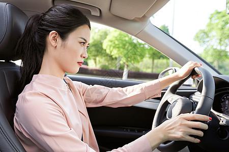 美女开车生气摁喇叭图片