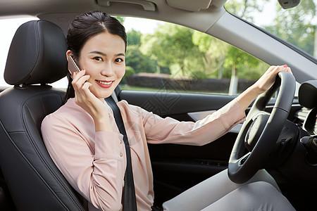 年轻女性车内打电话图片