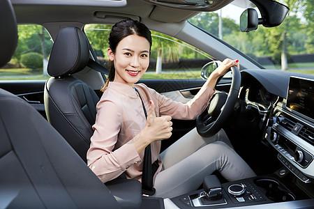 女性驾车点赞图片