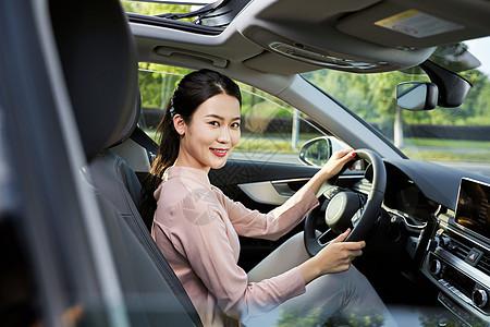 女性驾车图片
