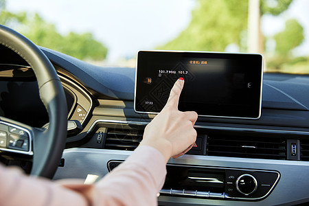 女性车内使用汽车导航图片