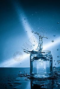 玻璃瓶里的水滴图片