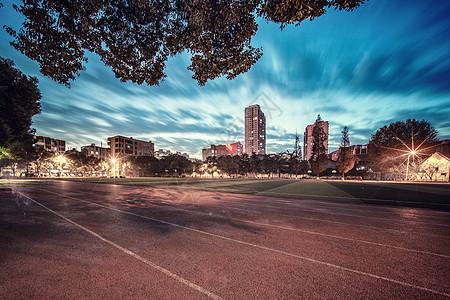 日落时分的校园操场图片