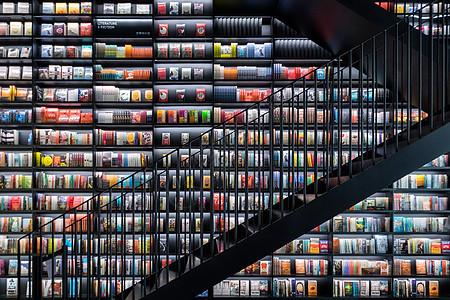 书店满墙的书籍图片