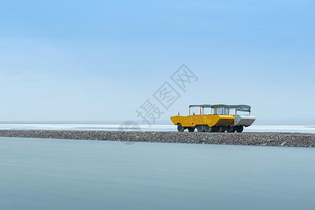 茶卡盐湖运盐车图片