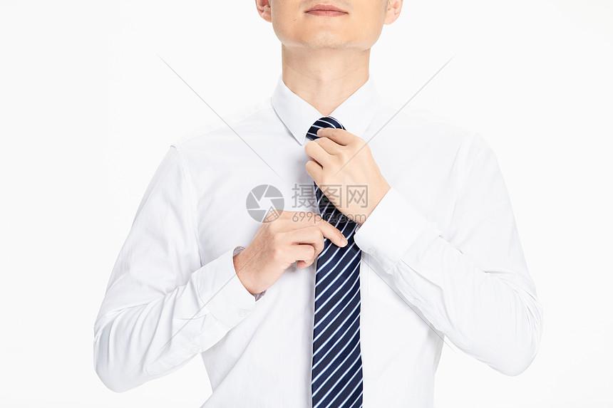 商务男性整理领带图片