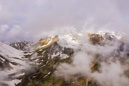 云雾雪山新疆天山雪峰图片