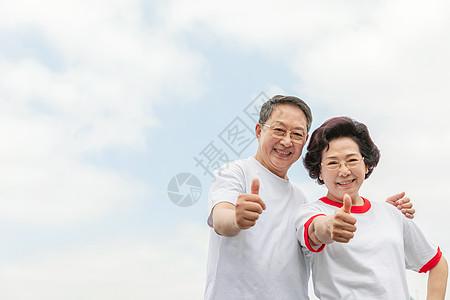 老年夫妇户外点赞图片