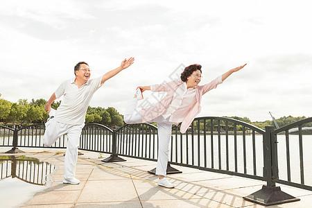 老年夫妇户外运动锻炼图片