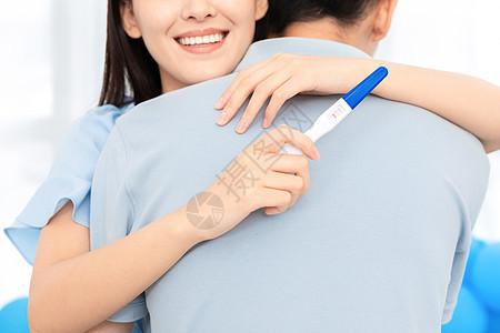 知道验孕结果情侣拥抱在一起图片