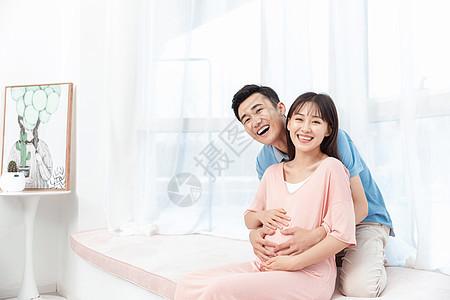 准爸爸摸着准妈妈肚子呵护孕妇图片