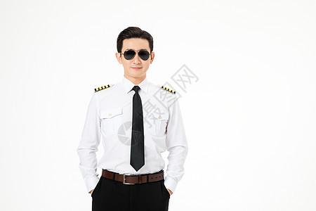 飞行员机长戴着墨镜站立形象图片