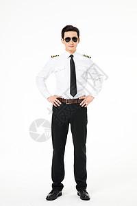 机长飞行员戴着墨镜站立形象图片