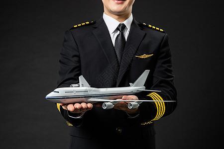 机长飞行员拿着飞机模型图片