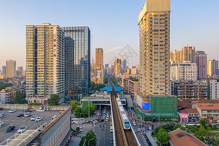 城市轨道交通低碳环保出行轻轨列车图片