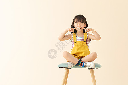 可爱女孩在椅子上笑嘻嘻图片