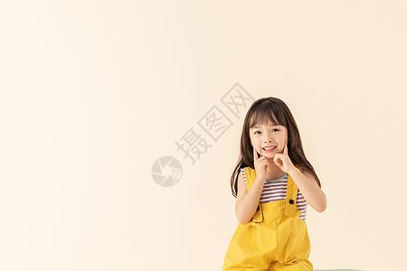 小女孩坐在椅子上笑嘻嘻图片