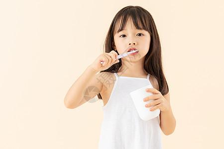 小女孩在刷牙图片