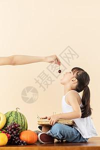 小女孩抬头吃樱桃图片