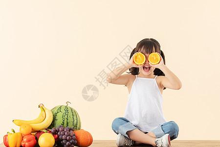 小女孩拿着橙子图片