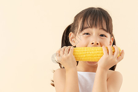 小女孩吃玉米图片