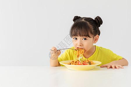 小女孩吃意大利面图片