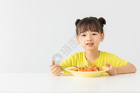 小女孩在吃早餐图片