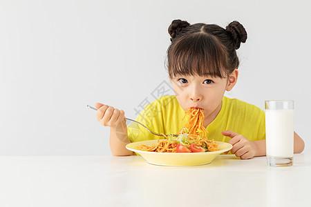 小女孩吃早餐图片