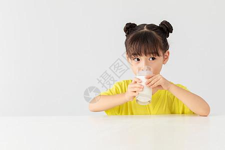 小女孩喝牛奶很开心图片