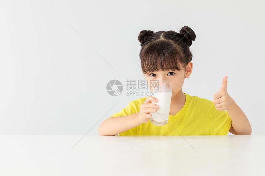 小女孩喝牛奶点赞手势图片