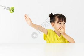 小女孩拒绝吃别人喂的食物图片