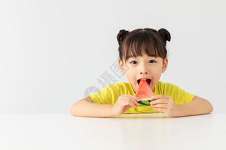 小女孩大口大口的吃着西瓜图片