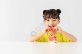 小女孩特别开心的吃着西瓜图片